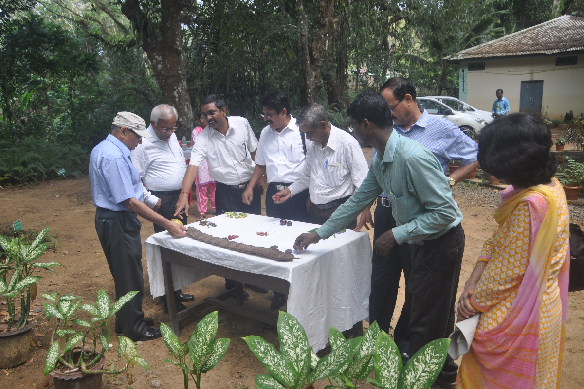 Dr Lal Ji Singh cientist E  HOO briefing about garden to eminent boatnist during garden visit