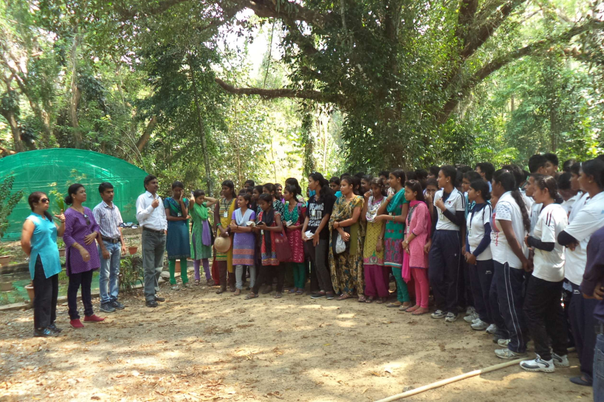 Dr Lal Ji Singh delivering talk to students of JNRM College during garden visit