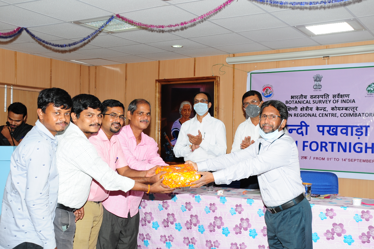 Dr. S. S. Hameed, Hindi Officer, BSI, SRC, distributing the prize