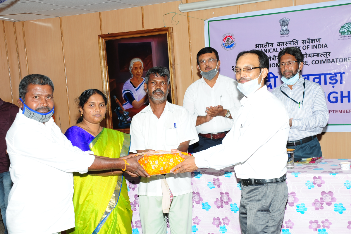Chief Guest Sri. Amit Shukla distributing the Prize to winners.
